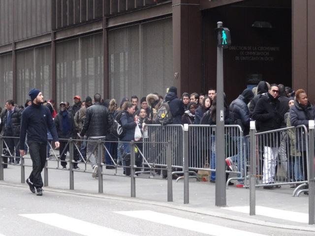 Files d'attente devant la préfecture du Rhône : il décide de distribuer des tickets numérotés