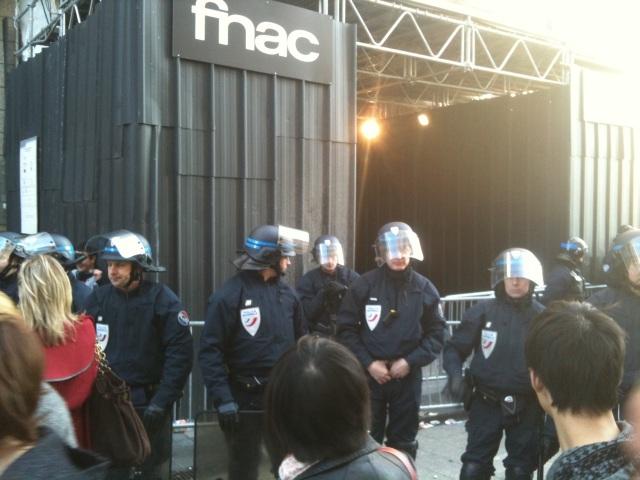 Rue de la Ré' bloquée, FNAC fermée : Sexion d'Assaut victime de son succès à Lyon (vidéo)