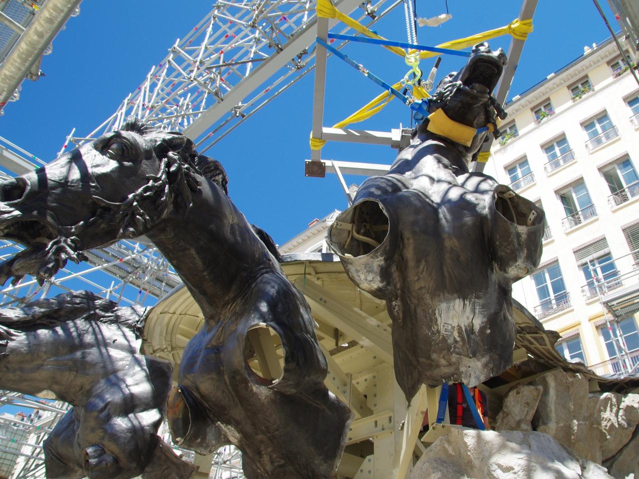 Pose du troisième cheval de la fontaine Bartholdi - LyonMag