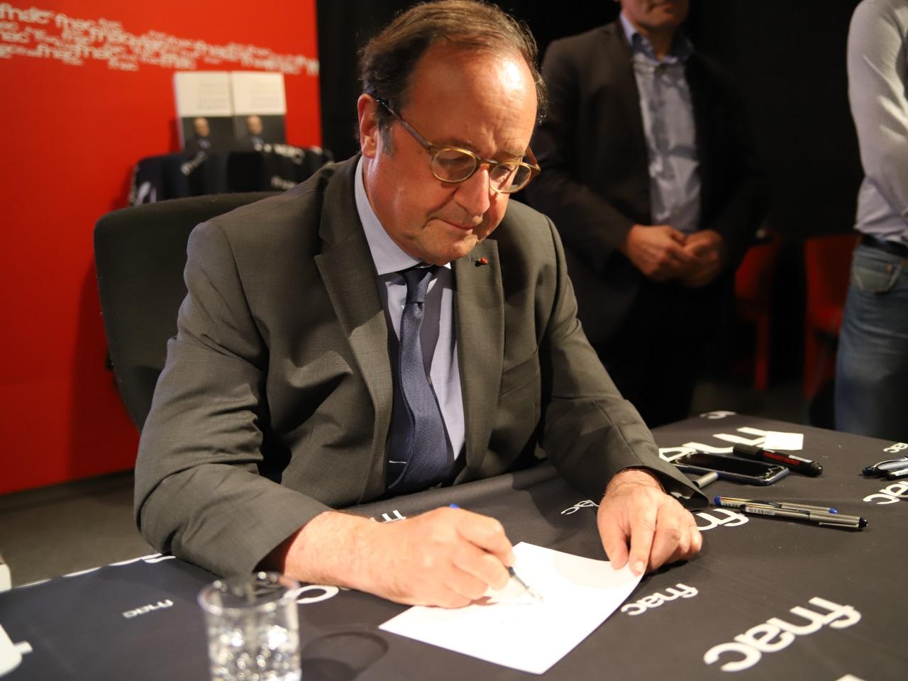 François Hollande en pleine dédicace - LyonMag