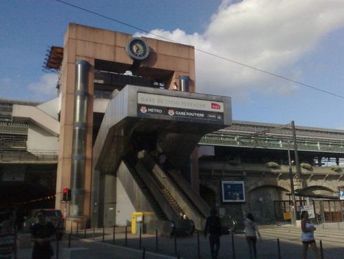 Ils volent un portable sous la menace d'un couteau à la gare de Perrache