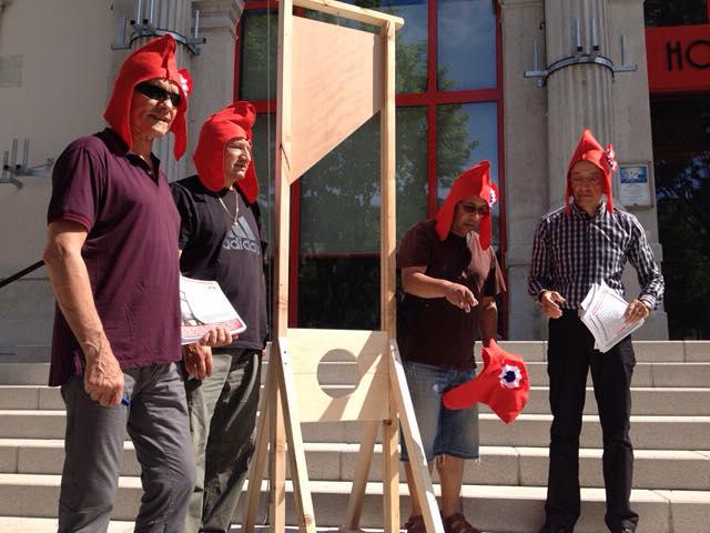 Des élus de Givors installent une guillotine pour dénoncer la baisse des dotations de l'État