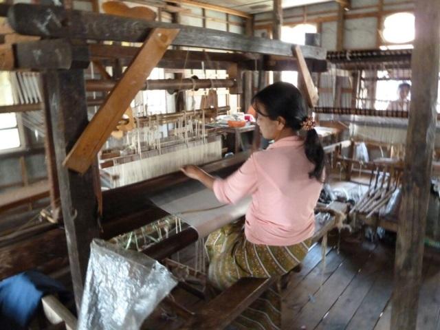 Suite des aventures des Globe-croqueurs : le travail de la soie, de Lyon à la Birmanie