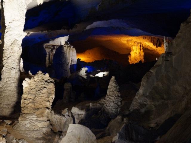 Les Globe-croqueurs au Laos : visite d'une grotte réhabilitée par la région Rhône-Alpes