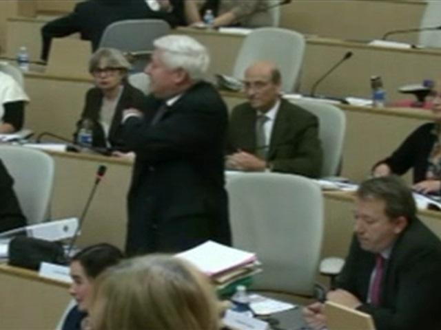 Gollnisch fait une quenelle en pleine séance du Conseil Régional - VIDEO