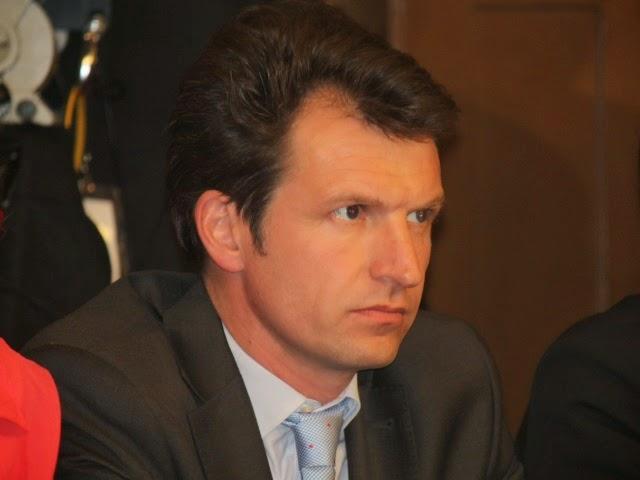 Stéphane Guilland (LR) fustige la politique d'ouverture tardive des piscines de Lyon