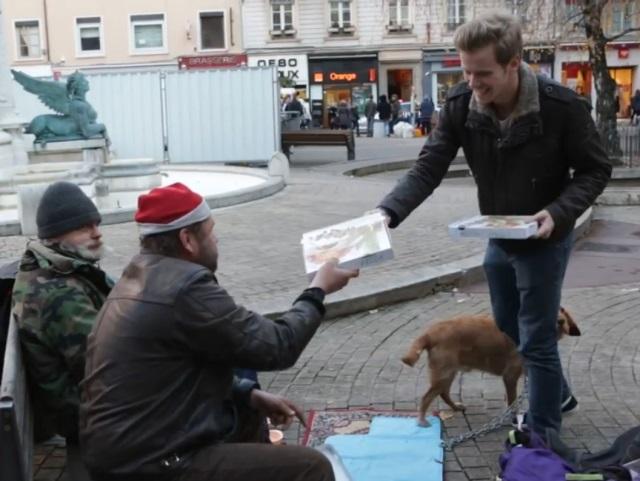 100 pizzas pour les SDF : l'initiative d'un jeune Lyonnais - VIDEO
