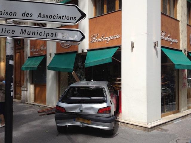 Lyon : la vitrine d'une boulangerie défoncée par une voiture