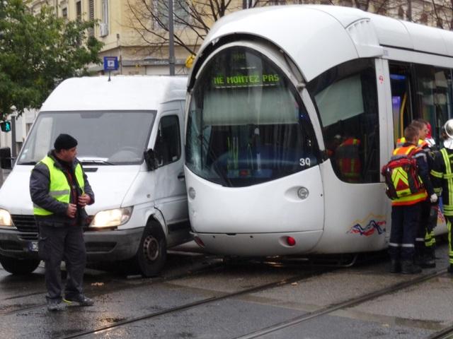 Lyon : une camionnette entre en collision avec un tramway