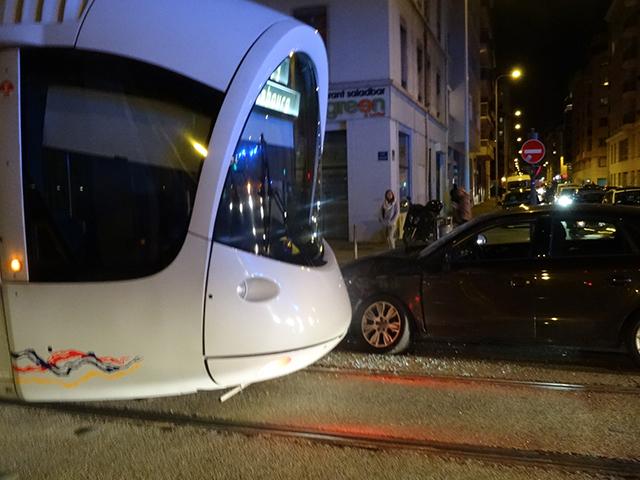 Lyon : collision entre une voiture et le tramway, un blessé léger