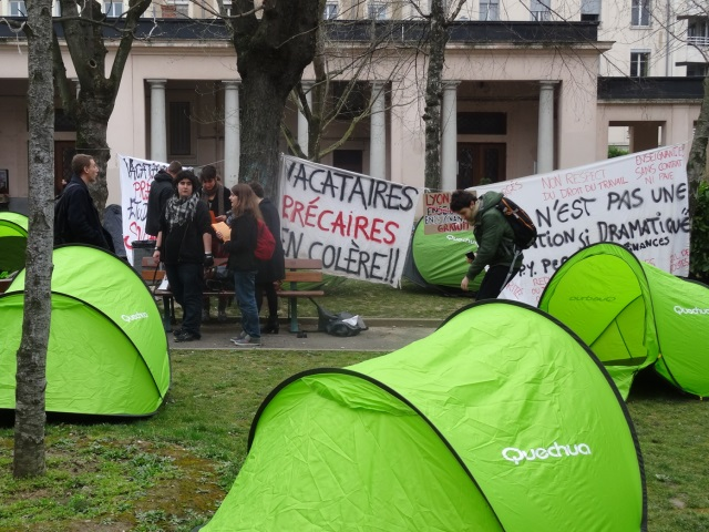 Lyon 2 : les enseignants vacataires en colère envahissent la cour centrale de l'université