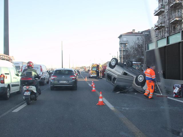 La voiture finit sur le toit, Lyon paralysée jeudi soir