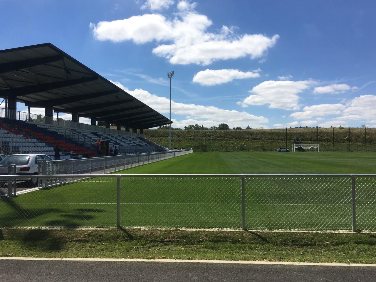 L'un des six terrains d'entrainement avec une tribune de 1515 places - LyonMag