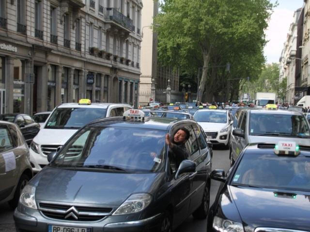Action coup-de-poing des taxis de Lyon ce mardi contre Uber - VIDEO
