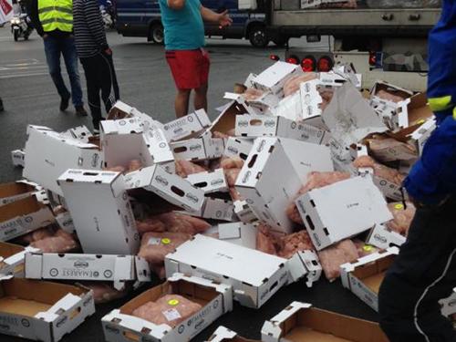 Péage de Villefranche : les agriculteurs manifestent contre la baisse du prix de la viande