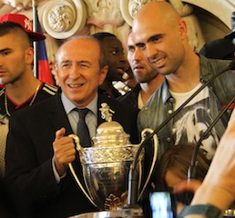 Gérard Collomb et le capitaine de l'OL Cris, dans les salons de l'Hôtel de Ville, fêtent la Coupe de France - Photo LyonMag