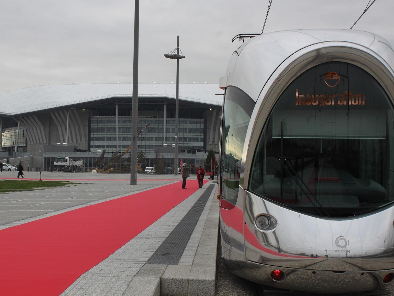 Le tramway au pied du Grand Stade de Décines - LyonMag