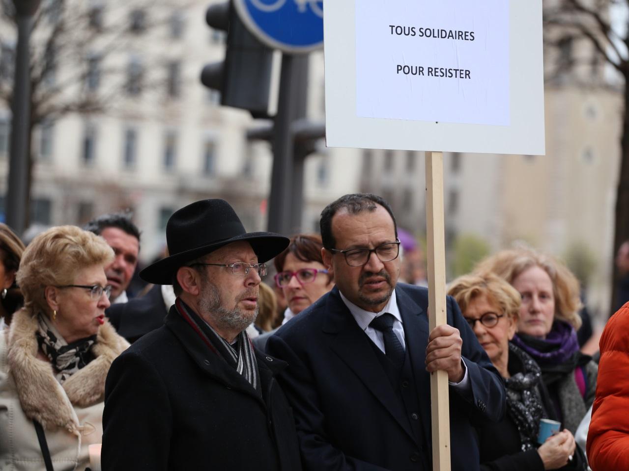 Les représentants juifs, Richard Wertenschlag, et musulmans, Benaïssa Chana, présents en tête de cortège - LyonMag