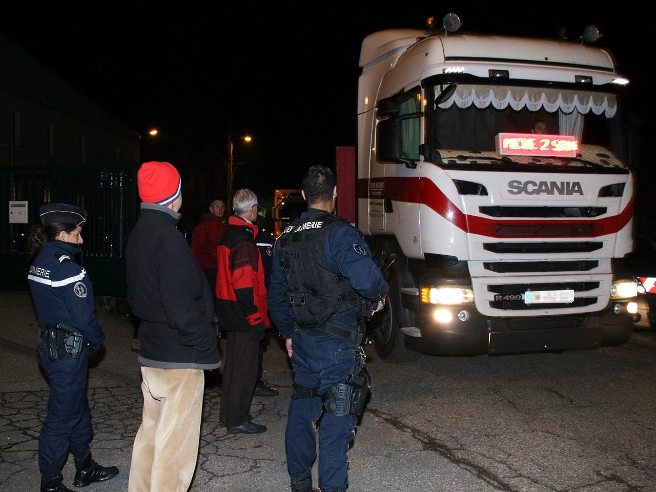 Les opposants empêchés de barrer la route à la sortie des camions - LyonMag