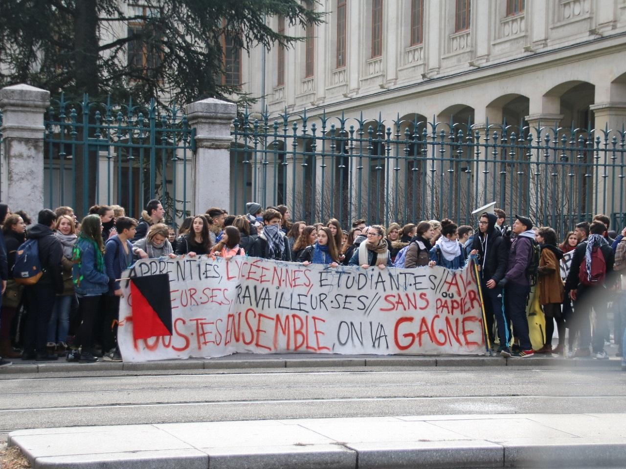 Des manifestants devant le campus de Lyon 2 sur les Quais - LyonMag