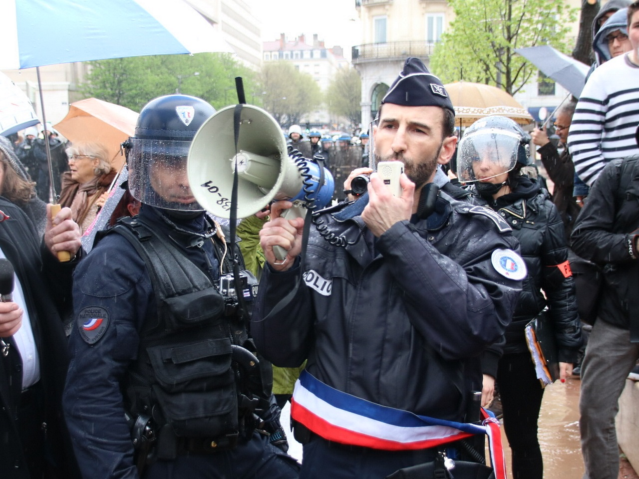 Le commissaire touché par une pierre annonce la suspension de la manifestation - LyonMag