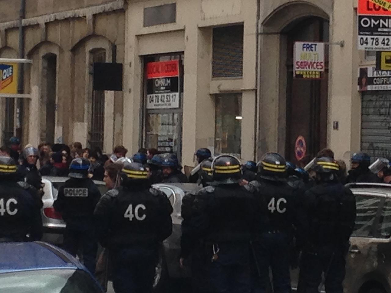 Les policiers attendent la sortie des casseurs rue Sébastien-Gryphe - LyonMag