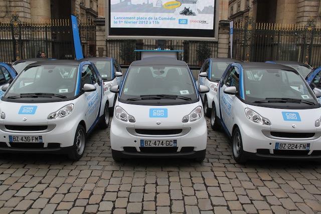 Une partie de la flotte de Car2Go exposée mercredi devant l'Hôtel de Ville - LyonMag