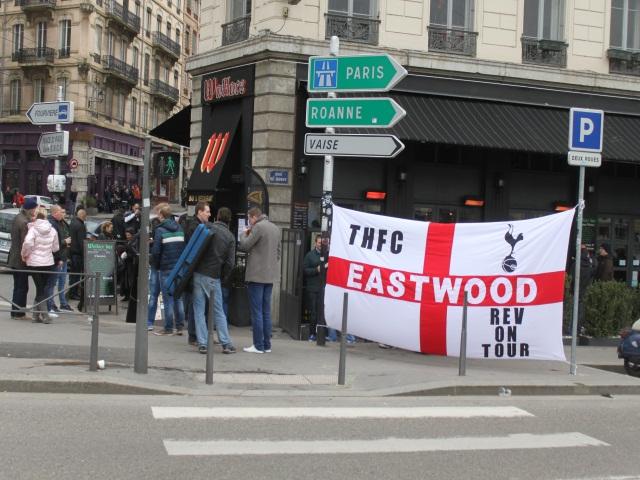 Les supporters de Tottenham de retour devant le Wallace jeudi après-midi - LyonMag