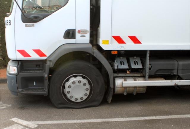 Les éboueurs lyonnais dégonflent les pneus des camions-poubelles et s'enlisent dans la grève