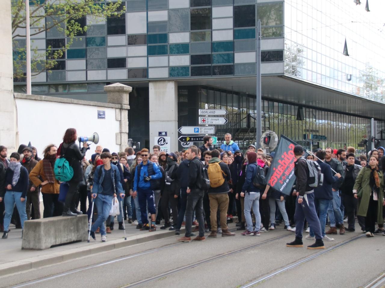 Les étudiants devant la fac sur les quais - LyonMag