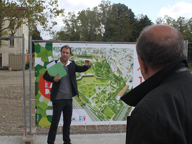 Gérard Collomb, ici de dos, écoute les explications de Bertrand Vignal - LyonMag