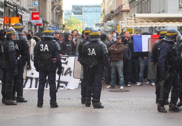 """Manifestations à Lyon  : """"D'un côté les extrémistes, de l'autre les humanistes"""", selon Touraine"""