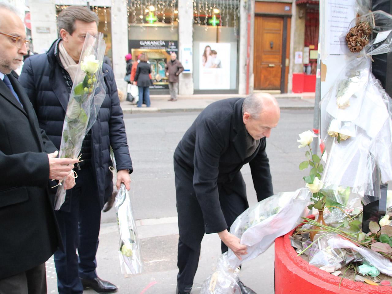 Jean-Yves Sécheresse, Pascal Blache et Gérard Collomb déposent des fleurs pour Anne-Laure - LyonMag
