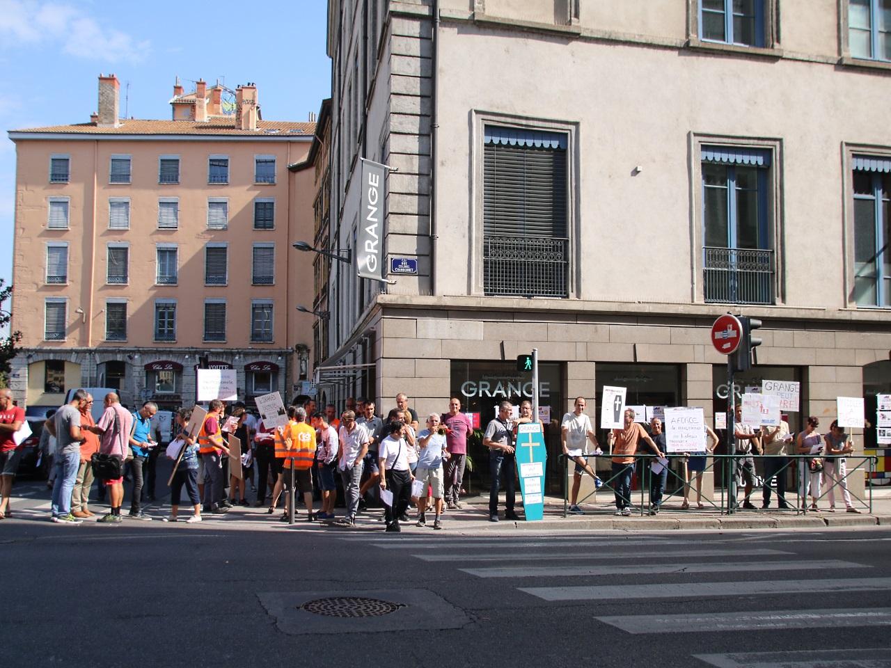 Les Salaries Des Meubles Grange Manifestent A Lyon
