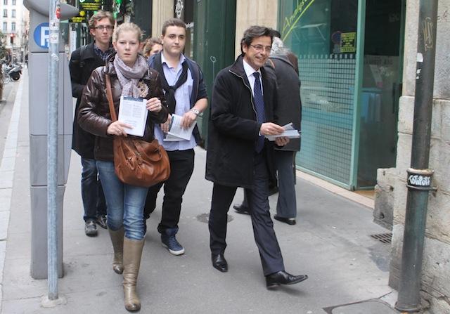 Le conseiller municipal Emmanuel Hamelin a cornaqué les Jeunes Pop' pour ce tractage - LyonMag