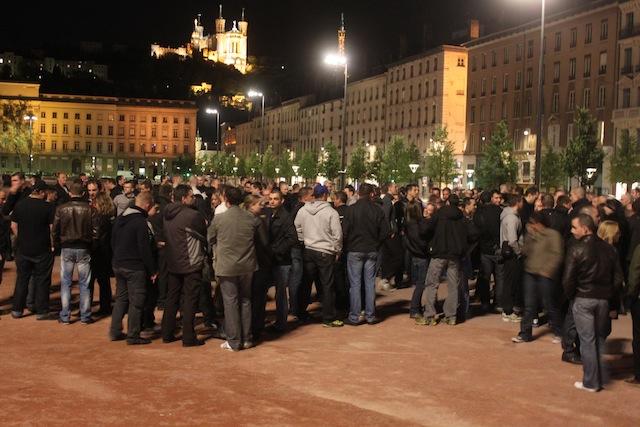 Les policiers réunis place Bellecour mardi soir - LyonMag