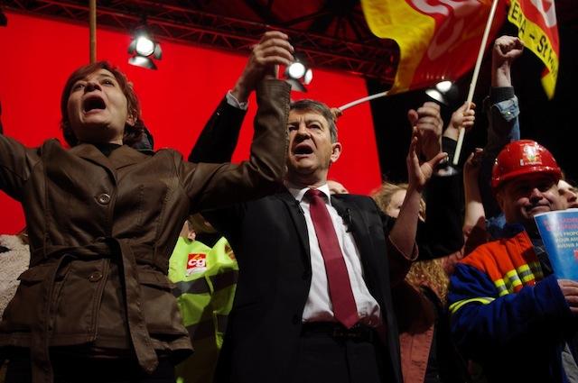 Mélenchon entouré d'ouvriers d'Arkéma lors de l'Internationale - Photo LyonMag