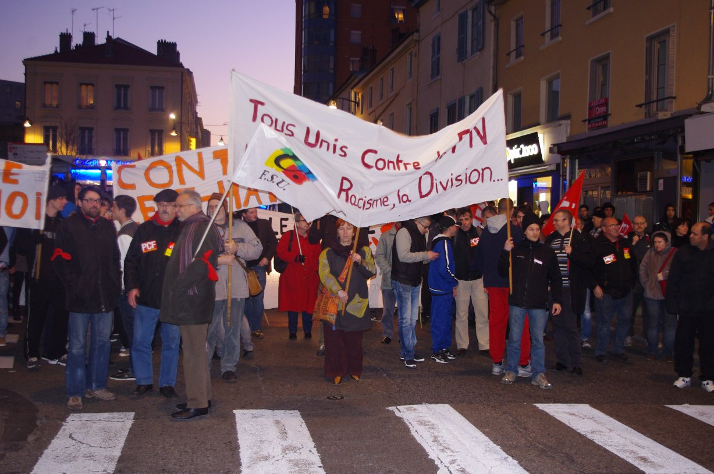 Près de 300 personnes ont manifesté, à l'appel d'associations et de plusieurs partis politiques, contre la venue de Jean-Marie Le Pen à Oullins - LyonMag