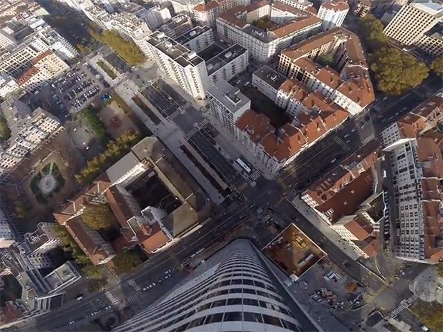 Base-jump : ils sautent du haut de la tour Incity à Lyon, une vidéo décoiffante !