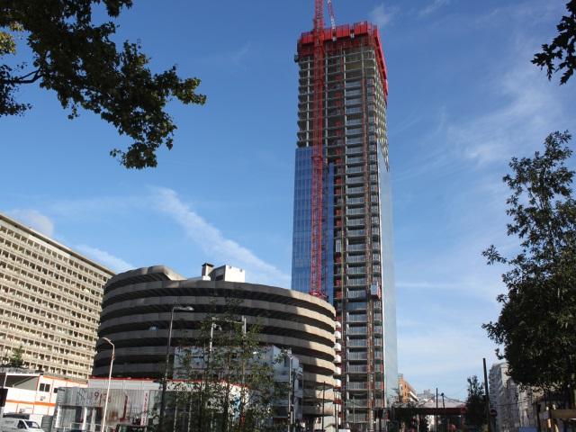 Ce qu'il faut savoir de la spectaculaire opération d'héliportage du mât de la tour Incity