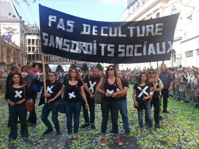 Les intermittents se font une place dans le défilé de la biennale de la danse de Lyon