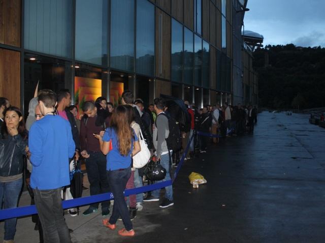 Lancement de l'iPhone 6 à Lyon : des centaines de personnes dans l'attente, parfois sous la pluie