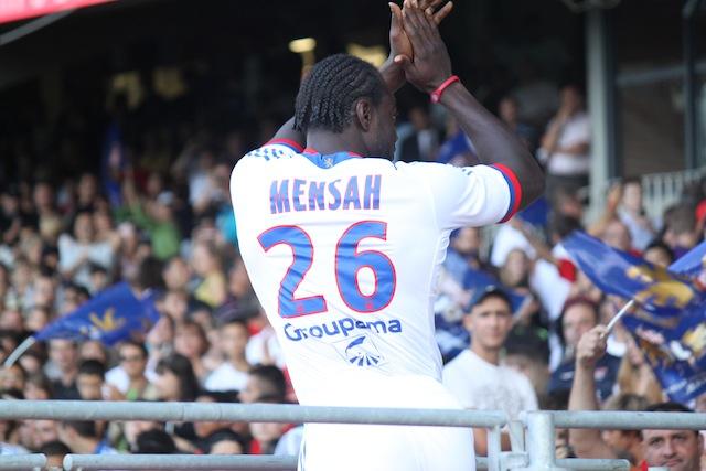 John Mensah, avec le maillot de l'OL, lors de la présentation de l'équipe - DR