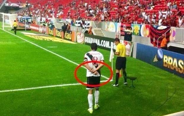 Après son double doigt d'honneur, Juninho récidive discrètement