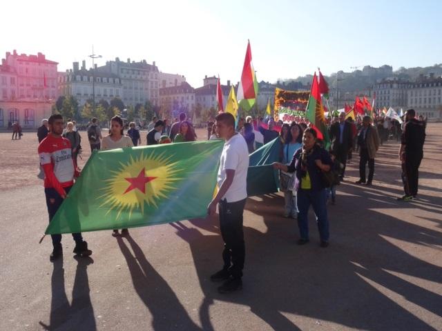 Lyon : il montre un drapeau turc, les manifestants kurdes l'attaquent