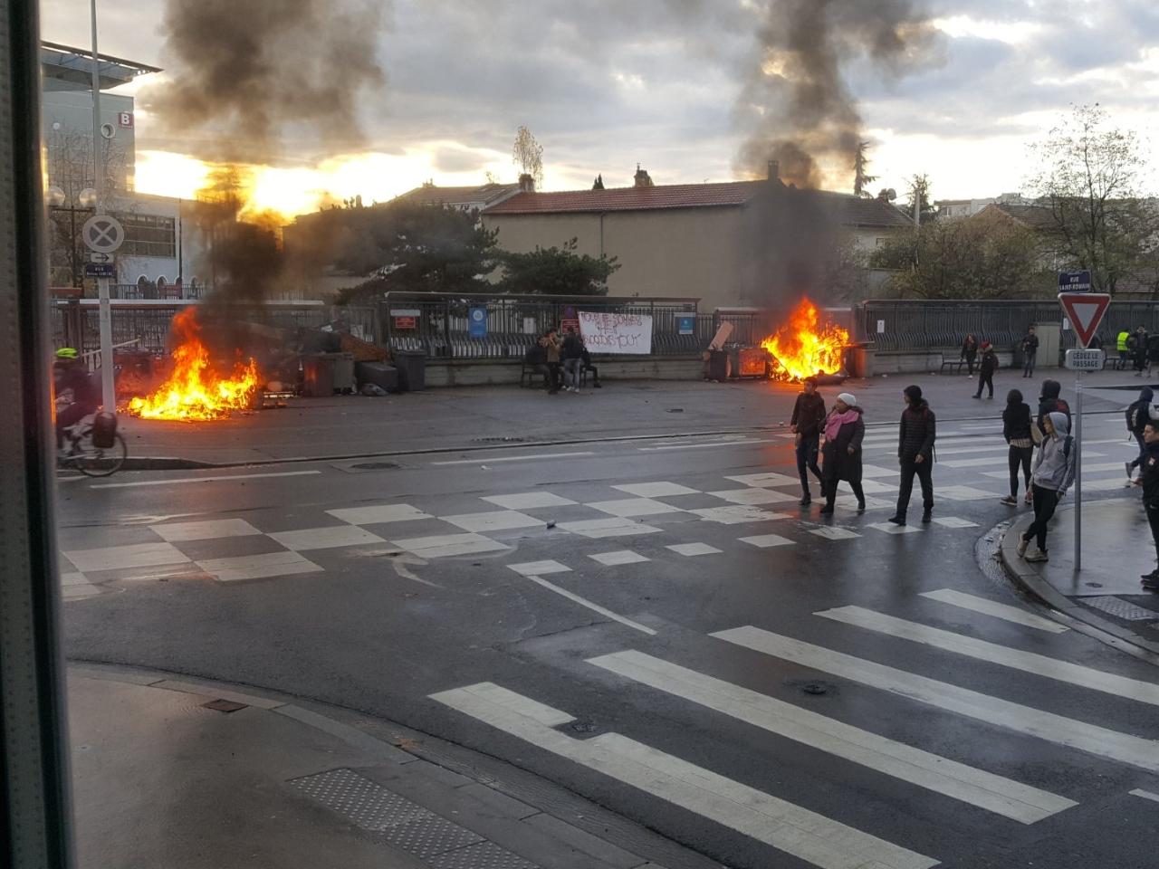Des feux ont été allumés devant ce lycée lyonnais - DR Guillaume6869