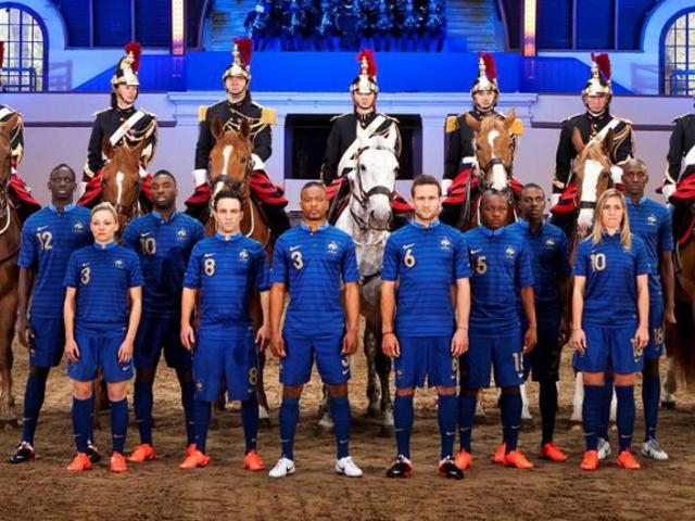 OL : Camille Abily a présenté le nouveau maillot de l'Equipe de France… avec les hommes !
