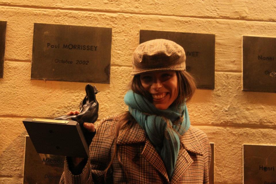 Maïwenn devant le mur des cinéastes avec son prix - Photo LyonMag