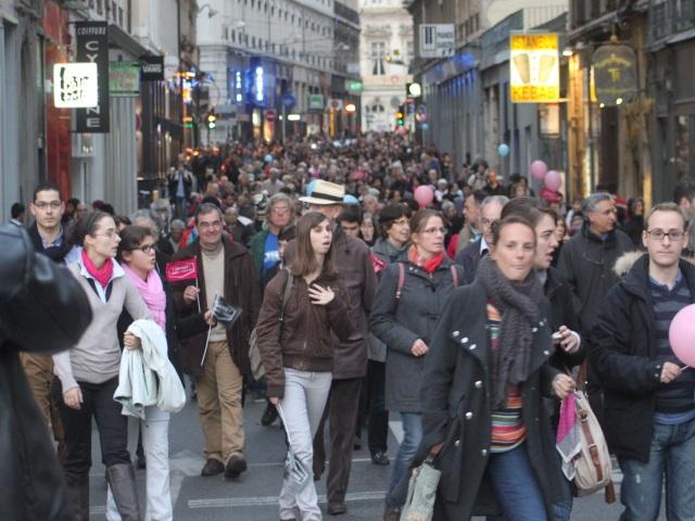 Selon la Préfecture du Rhône, 22 000 personnes ont participé à la marche - LyonMag.com