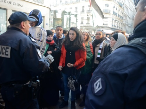 Lyon : une vingtaine de femmes ont manifesté pour la paix et l'honneur des musulmans